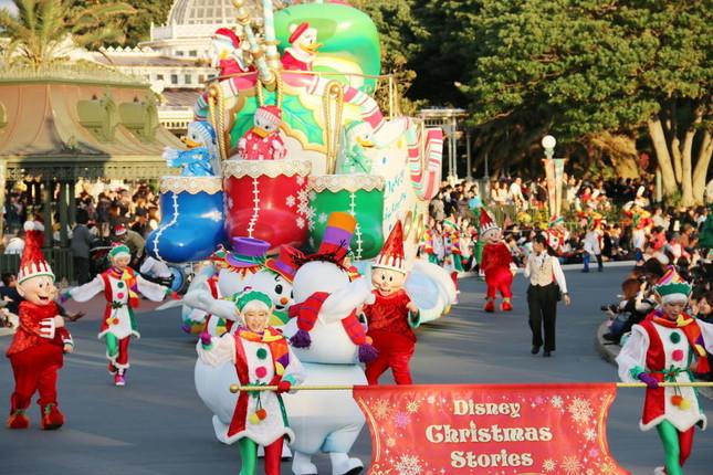 サンタに扮したドナルドの登場で始まる(ディズニー・クリスマス・ストーリーズ)