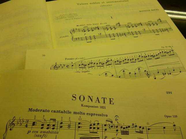 手前からベートーヴェンの後期のソナタ、ショパンの練習曲、ラヴェルの高雅にして感傷的なワルツの楽譜。ロマン派のショパンと近代のラヴェルの楽譜には言葉のテンポ指示のほかにメトロノーム表示が書かれている