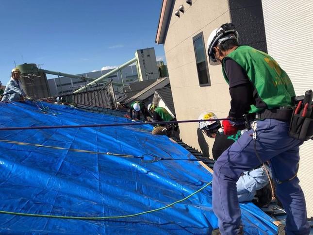 被害を受けた屋根にブルーシートを張る作業(写真提供:レスキューアシスト)