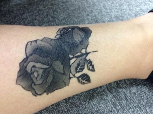 黒く彫られたタトゥー