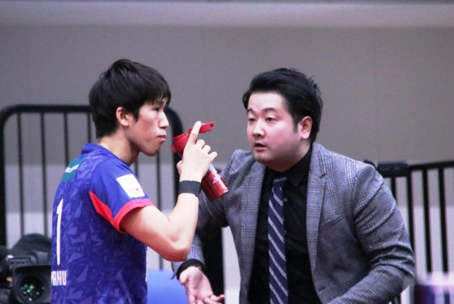 インターバルにT.T彩たまの坂本竜介監督にアドバイスを受ける吉村真晴選手