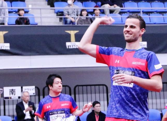 試合前に観客にサインボールを投げるT.T彩たまのティアゴ・アポロニア選手