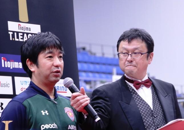 勝利監督インタビュー中の琉球アスティーダ・外間政克監督