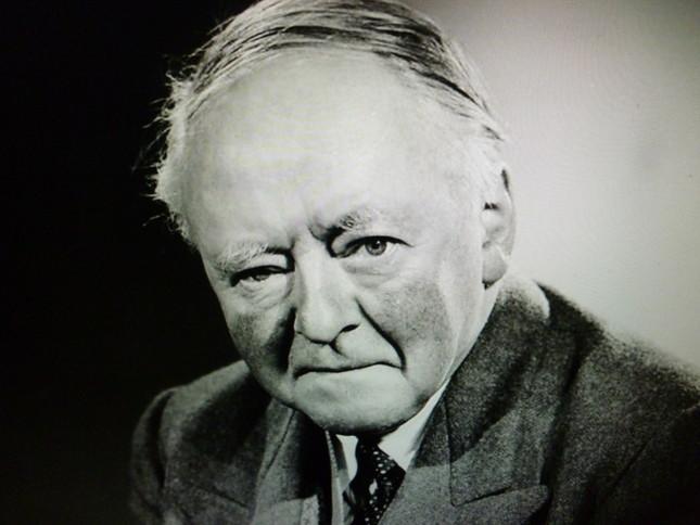 『女王の音楽師範』に任命され(1942~1953)、サー・アーノルド・バックスとなっていた晩年の彼の肖像