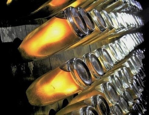 18世紀に創業したシャンパンメーカーの貯蔵庫で時を待つボトルたち=ルイ・ロデレール社提供