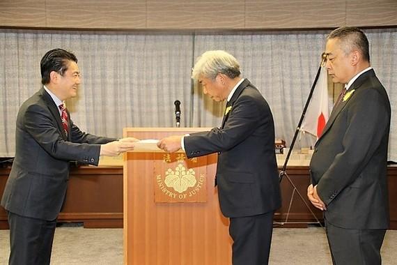 山下法相から感謝状を受け取る大﨑共同代表取締役社長CEO