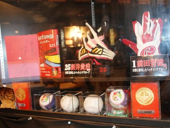 「広島お好み焼Big-Pig神田カープ本店」には新井さんをはじめ、カープ選手のグッズが多数
