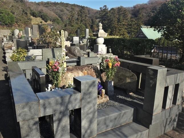 まん中で巨石が「昼寝」する開高の墓。夫妻を結んだサントリーの酒が供えられていた=北鎌倉の円覚寺・松嶺院で、冨永写す