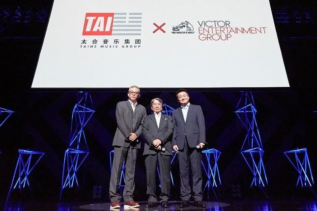 ビクターエンタテインメントとタイホ・ミュージックとの連携を発表するビクターエンタテインメントの斉藤正明社長(中)。左はタイホ・ミュージックのチェン・シム会長、右がシュー・ティモシー社長(ビクターエンタテインメント提供)