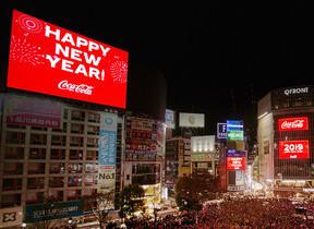 コカ・コーラが渋谷を真っ赤に染めた 福ボトルの「コーク」で新年に乾杯
