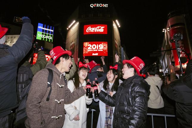 「コカ・コーラ」福ボトルで乾杯する参加者