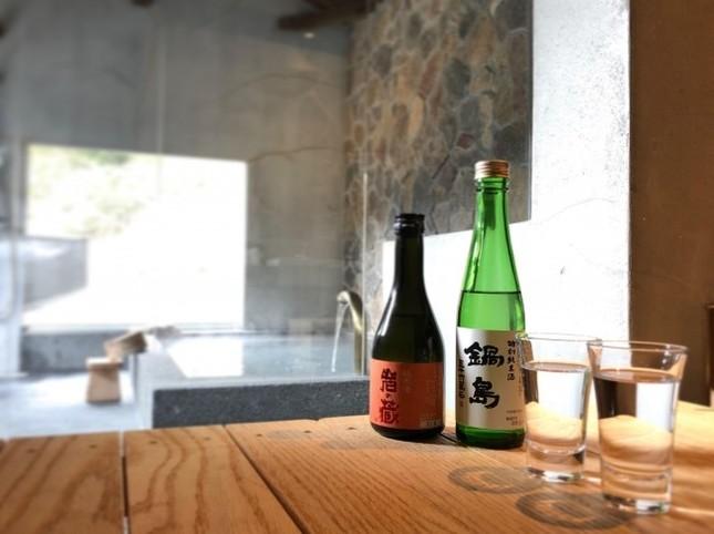 好きなだけ温泉に浸かった後は日本酒飲み比べ