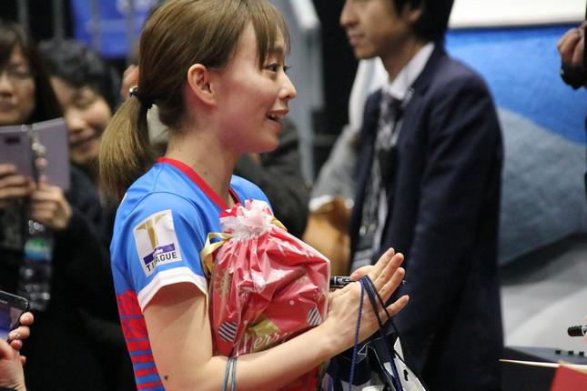 熱烈なファンからプレゼントをもらう石川選手
