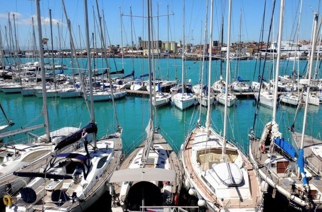 大小の船が並ぶマリーナ。「乗せてもらう人生」も楽ばかりではない=イタリア・シチリア島で、冨永撮影