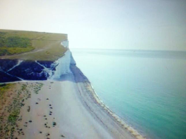 白い断崖が印象的なクックメア・ヘイヴンの海岸