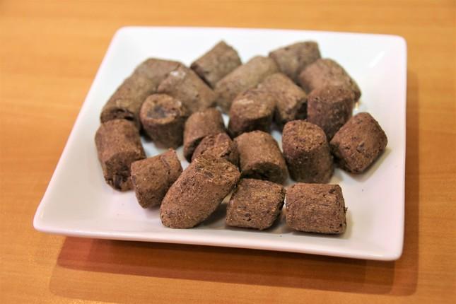 「チョコぶり」に与えられている、チョコレートを混ぜた餌