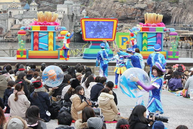 観客が海流となってニモを運ぶ「ピクサー・プレイタイム・パルズ」