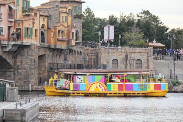 ディズニーシーの水上を走る「ピクサー・パルズ・スチーマー」