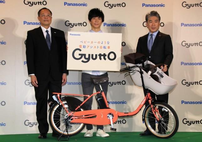 (左から)パナソニック サイクルテック・野中達行新代表取締役社長、渡部建さん、片山栄一前代表取締役社長