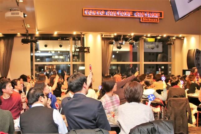 「○×クイズ大会」で盛り上がる参加者