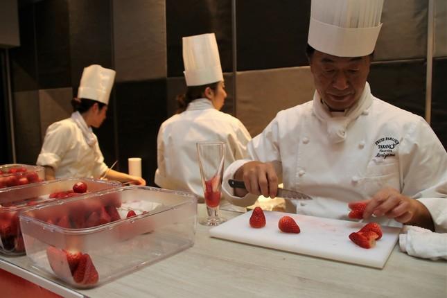 会場内のオープンキッチンでは、パティシエたちが調理する様子が見られた