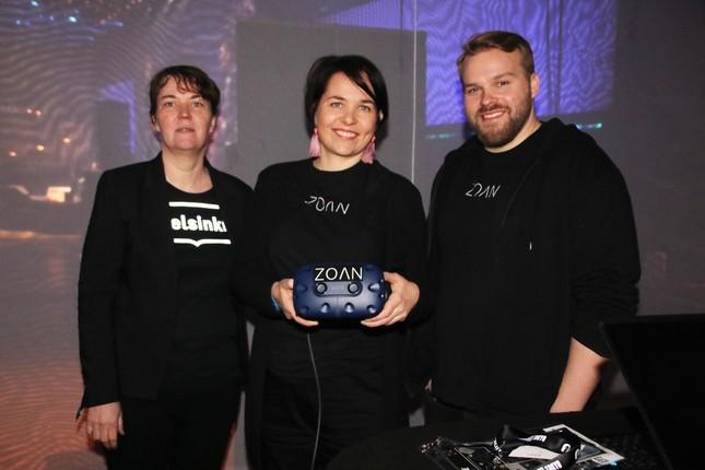 ヘルシンキ市ブースにて、VRヘッドセットを手に