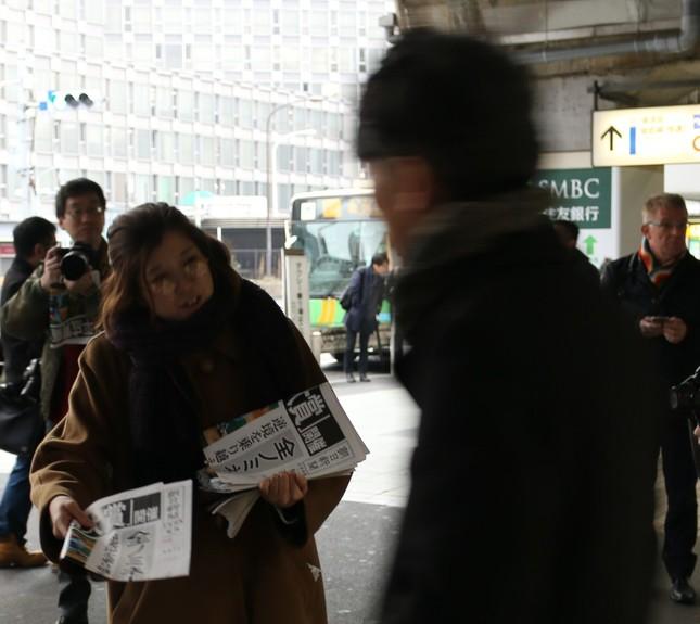 JR新橋駅で行われた広告号外配布の様子
