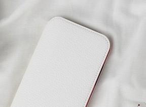 「ナショナル ジオグラフィック」ロゴを型押し iPhoneレザーケース
