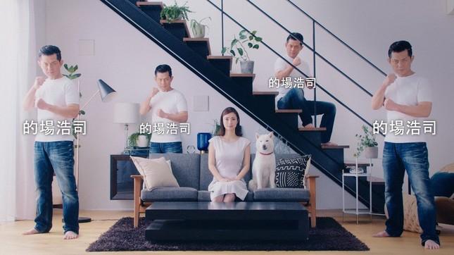上戸彩さんとお父さんを4人の的場浩司さんが取り囲む