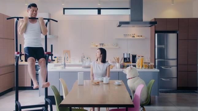 朝食をとる上戸さんとお父さんの前で的場さんが懸垂