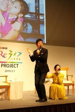 麻里さんが4歳だったころの「ケツケツダンス」を披露する関根勤さん(左)と麻里さん