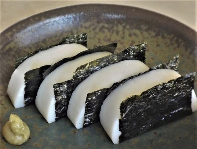 試作した「海苔かまぼこ」。安い品でも見栄えのいい酒肴になります=冨永写す