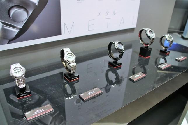 過去に発売された、メタル製の「G-SHOCK」も展示