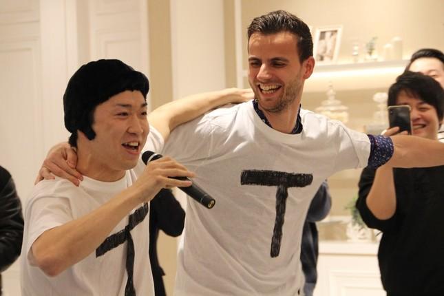 「TT兄弟」を披露する神選手(左)とティアゴ選手(右)