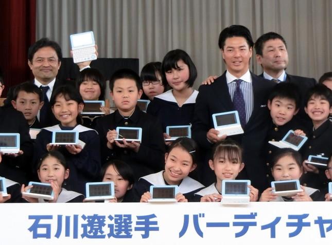石川選手と袋井南小学校の生徒たち