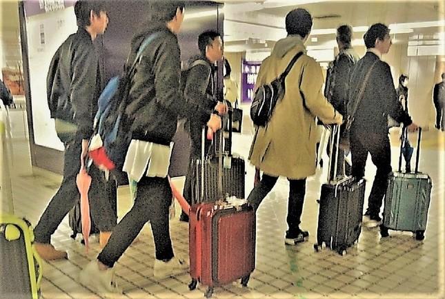 みんなでガラガラ。急ぐ時こそありがたいキャリーバッグ=新宿駅で、冨永写す