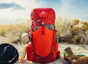 「GREGORY」のハイキング用軽量パック フィット感と通気性を両立