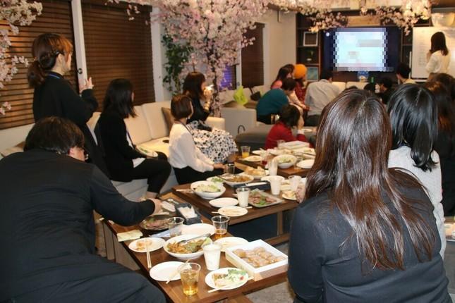 大型テレビに映るゲーム画面を見つめる参加者たち
