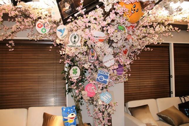交流会終了後、アカウントお面を桜の木に飾って撮影