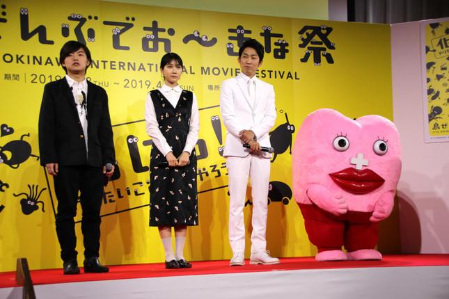 TV DIRECTOR'S MOVIEの紹介で登壇したメンバー。左からたなか(前職ぼくのりりっくのぼうよみ)さん、松本穂香さん、石田明(ノンスタイル)さん、生理ちゃん(着ぐるみ)