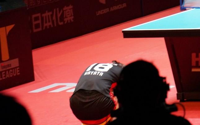 第3マッチ後に崩れ落ちる早田選手