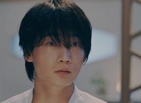綾野剛が「時代遅れ」と指摘され... アルコン「生感覚レンズ。」新テレビCM