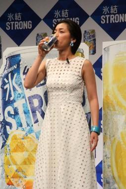 キリン「氷結」の新バージョンを、おいしそうに飲む尾野真千子さん
