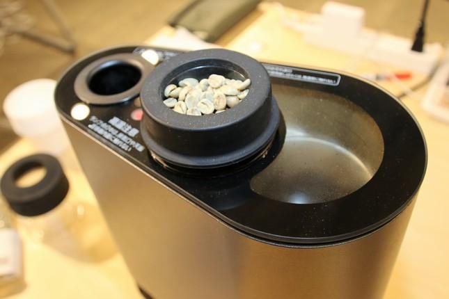 コーヒーの生豆を焙煎機上部の穴に入れて焙煎