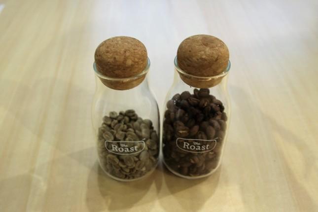 (左から)コーヒーの生豆、焙煎後のコーヒー豆