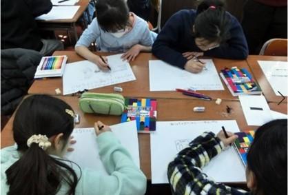 「発明アイディア ワークショップ」に参加する小学生たち