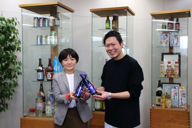 (左から)宝ホールディングス環境広報部の白川愛美さん、GIFMAGAZINEの住田博人さん