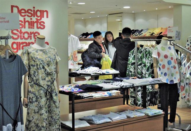 もうすぐTシャツの季節。店頭にはカラフルな新作が並ぶ=東京都内で、冨永写す