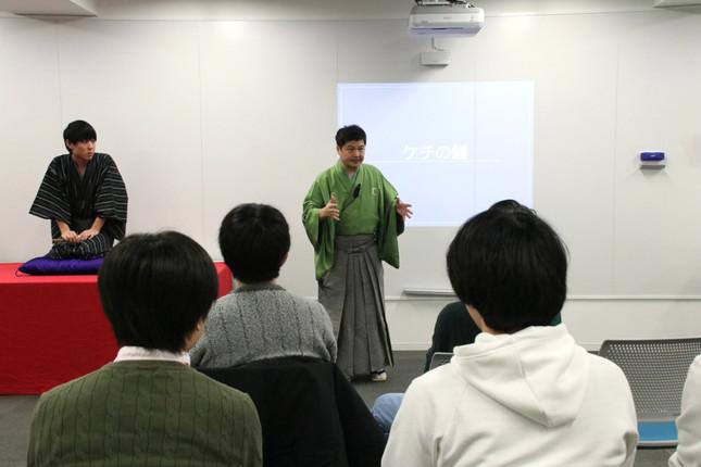演じた後にすぐ質問する向上心! 「ケチの鰻」を披露した参加学生の木志浩基さんと、質問に答える月亭方正さん