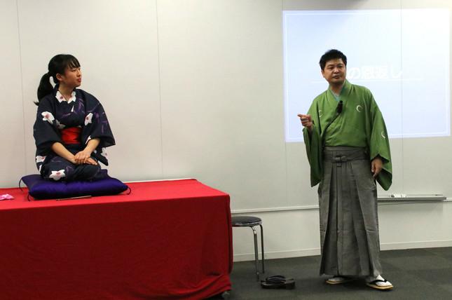 人を引き込む語り口! 「鶴の恩返し」を披露した参加学生の鈴木佳奈さんと月亭方正さん